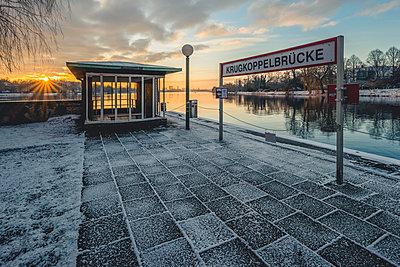 Germany, Hamburg, Outer Alster Lake, Ferry dock Krugkoppelbruecke in winter at sunrise - p300m1562512 by Kerstin Bittner