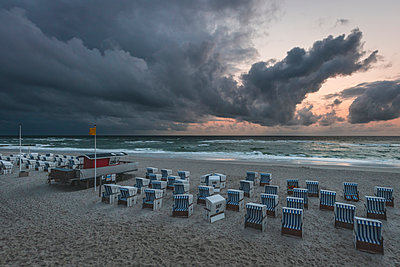 Germany, Schleswig-Holstein, Sylt, Kampen, rain clouds above the beach - p300m2042122 by Kerstin Bittner