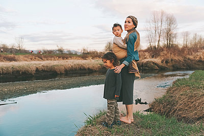 Mother and her children enjoying nature - p300m2102956 by Crystal Sing