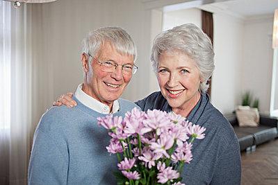 Elderly couple - p586m808206 by Kniel Synnatzschke