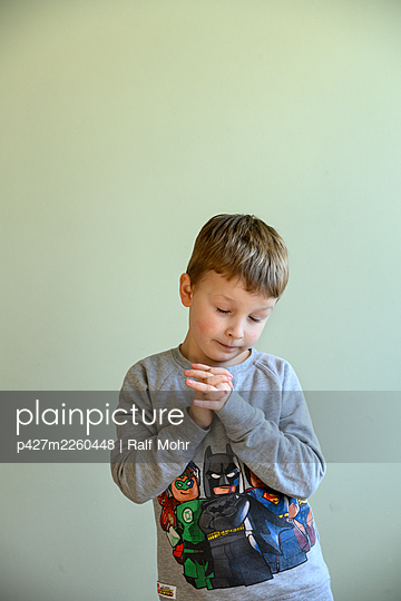 Little boy with folded hands - p427m2260448 by Ralf Mohr
