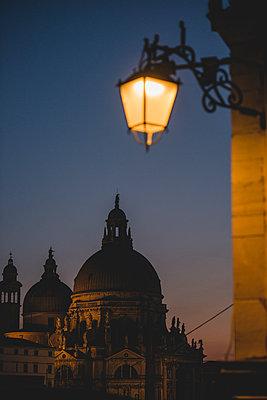 Santa Maria della Salute Kirche, Venedig, bei Abenddämmerung - p1493m1584750 von Alexander Mertsch