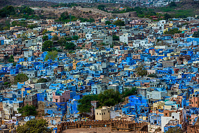 The view from Mehrangarh Fort of the blue rooftops in Jodhpur, the Blue City, Rajasthan, India, Asia - p871m1167803 by Laura Grier
