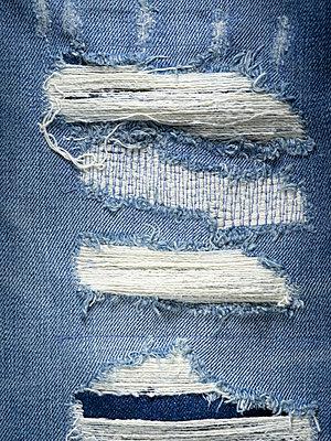 Jeansstoff mit Löchern - p401m2185707 von Frank Baquet