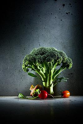 Broccoli, tomatoes, radish, mushrooms - p851m2245560 by Lohfink