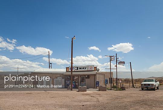 Gemischtwarenladen, Kreuzung, Three Way, Arizona, USA - p1291m2245124 von Marcus Bastel