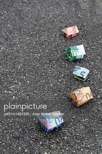 Häuser aus Geldscheinen - p451m1451955 von Anja Weber-Decker