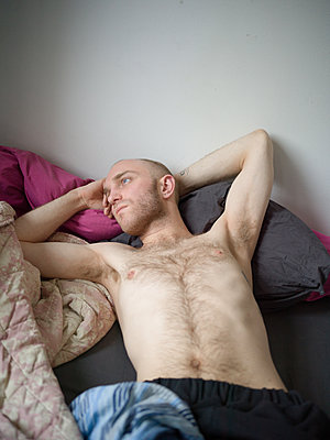Bare-chested man with bald head - p1267m2043240 by Jörg Meier