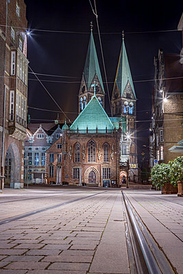 Germany, Bremen, view to Bremen Cathedral at night - p300m1052950f by Stefan Kunert