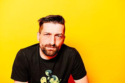Man in front of yellow background, portrait - p1267m2272506 by Jörg Meier