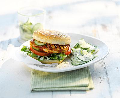 Chickenburger with cucumber salad and yogurt sauce - p300m2012818 by Kai Schwabe