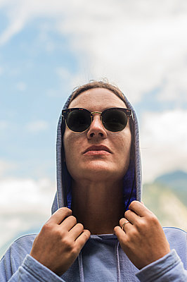 Woman with hoodie, portrait - p1609m2253801 by Katrin Wolfmeier