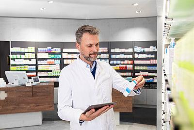 Germany, Brandenburg, Strausberg, Pharmacy - p300m2251867 von Florian Küttler