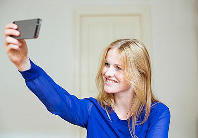 Frau macht Selfie - p432m938178 von mia takahara