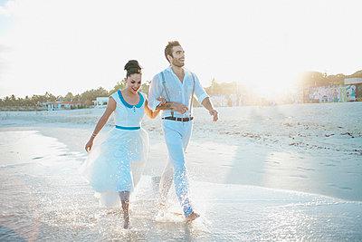 Brautpaar am Strand - p680m1207172 von Stella Mai