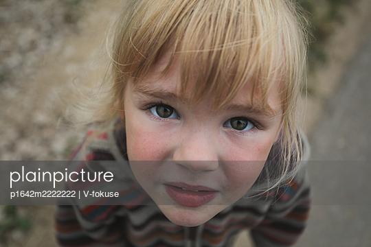 Porträt eines blonden Mädchens - p1642m2222222 von V-fokuse
