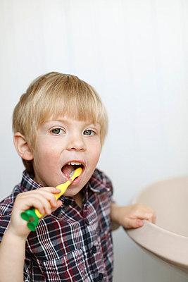 Brushing the teeth - p2490502 by Ute Mans