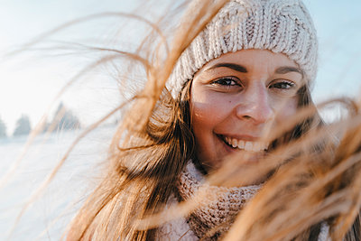Young woman in winter clothing in snowy landscape - p586m2005102 by Kniel Synnatzschke