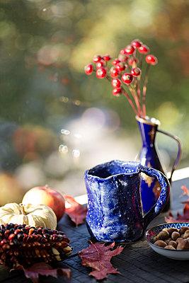 Self-made blue clay mug on autumnal decorated window sill - p300m2080219 von Jean Schwarz