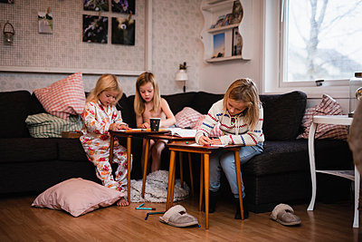 Girls drawing together - p312m2101399 by Anna Johnsson