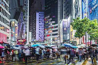 Crowded pedestrian crossing at night - p429m898303 by Alan Graf