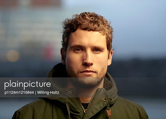 Portrait Mann  - p1124m1216844 von Willing-Holtz