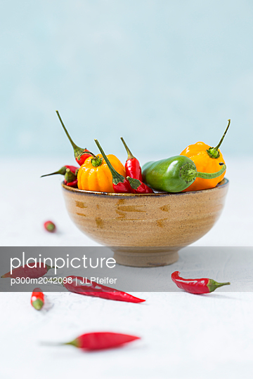 Bowl of various chili pods - p300m2042098 von JLPfeifer