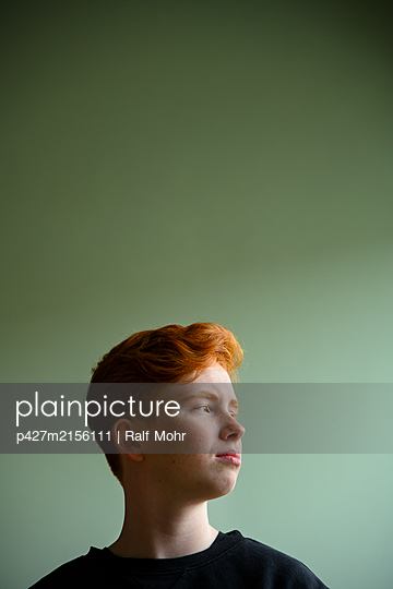 Red-haired girl, portrait - p427m2156111 by Ralf Mohr
