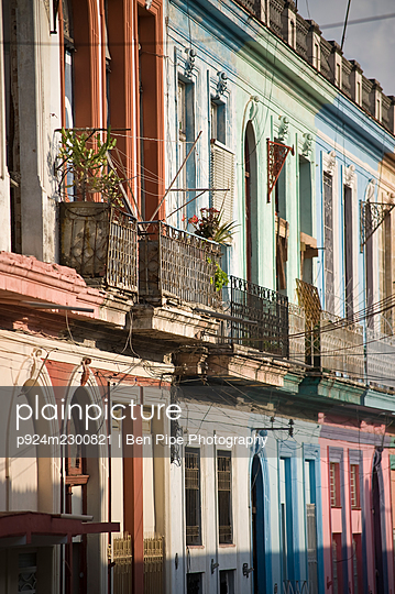 Cuba, Havana, Colorful facades of old town buildings - p924m2300821 by Ben Pipe Photography