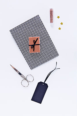 Gift wrapping - p1149m2014955 by Yvonne Röder