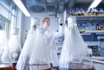 Young female natural scientist working in biochemistry laboratory - p300m1188792 by Sigrid Gombert