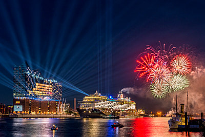 Germany, Hamburg, christening of cruise liner Mein Schiff 6 in front of Elbphilharmonie with fireworks - p300m1469168 by Kerstin Bittner
