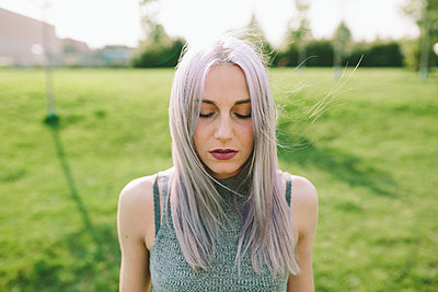 Young woman with pink grey hair on a meadow - p300m1470002 by Giorgio Fochesato