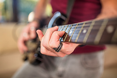 Close-up of man's hand playing electric guitar - p300m2013299 von zerocreatives