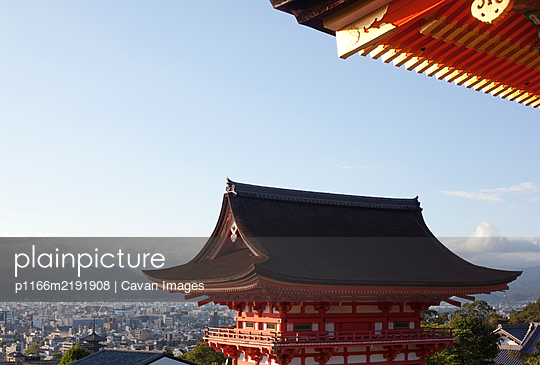 Gate overlooking the city at the Kiyomizu-dera temple in Kyoto, Japan - p1166m2191908 by Cavan Images