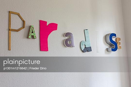 Paradise Buchstaben an Wand - p1301m1216642 von Delia Baum