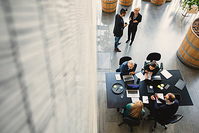 High angle view of business people working in creative office - p426m1131227f by Maskot