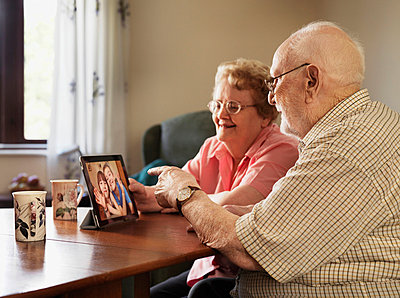 Older couple video chatting with family - p429m665555f by Jason Butcher