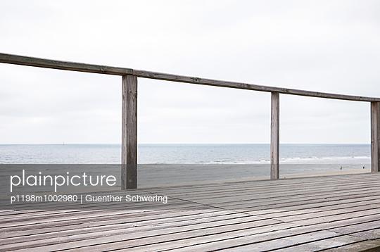 Aussichtsplattform mit Geländer auf Sylt - p1198m1002980 von Guenther Schwering