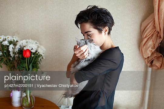Woman cuddling cat at home - p1427m2200151 by Vyacheslav Chistyakov