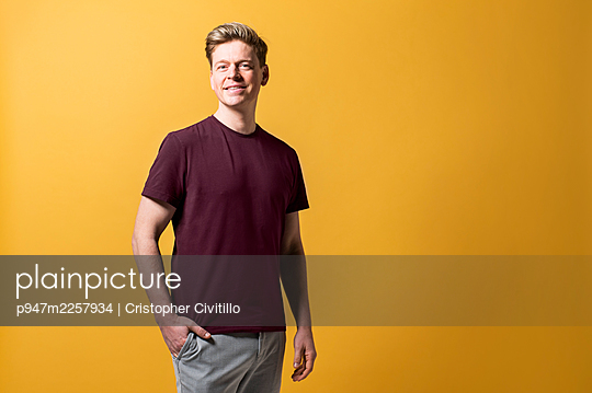 Man wearing casual clothing, portrait - p947m2257934 by Cristopher Civitillo