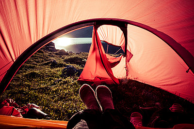 Feet of woman sitting in tent a sunny morning - p1687m2295148 by Katja Kircher