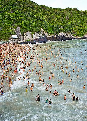 Strandleben in der Ha Long Bay  - p390m1477100 von Frank Herfort