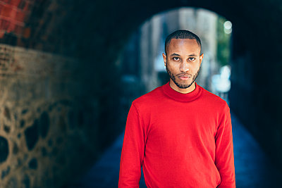 Portrait of young man in an underpass wearing red pullover - p300m2070088 by Javier Sánchez Mingorance