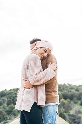 Smiling girlfriend embracing boyfriend - p300m2273751 by David Agüero Muñoz