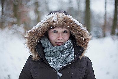 Snow on the hood - p586m766961 by Kniel Synnatzschke