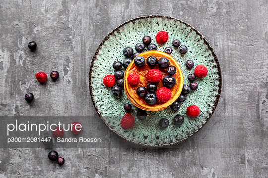 Pancakes with blueberries, raspberries and black currants - p300m2081447 by Sandra Roesch