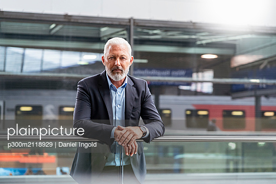 Portrait of mature businessman at the station platform - p300m2118929 by Daniel Ingold