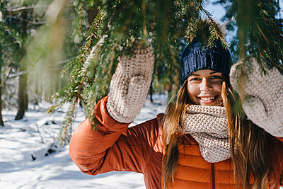 Young woman in winter clothing in snowy landscape - p586m2005088 by Kniel Synnatzschke
