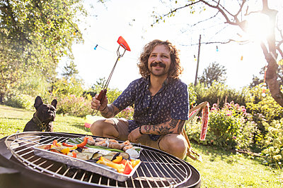 BBQ with dog - p788m2027458 by Lisa Krechting
